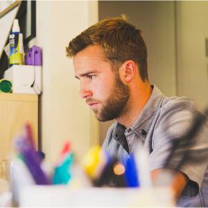 Een man focust op zijn werk
